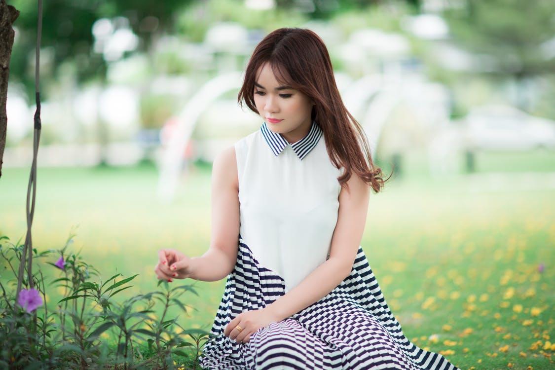 kobieta w bluzce i sukience