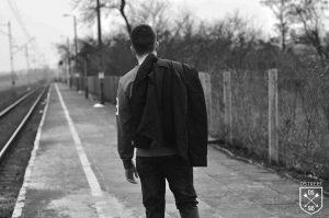 mężczyzna z wiosenną kurtką